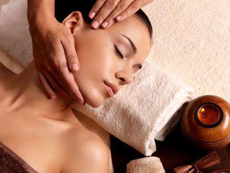 massage face: Masseur doing massage on woman body in the spa salon. Beauty treatment concept.