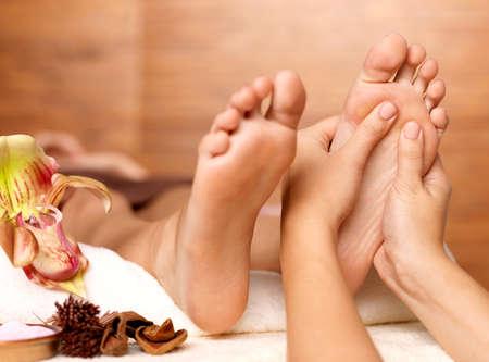 massage pied: Massage de pied humain dans le salon de spa - image Flou Banque d'images
