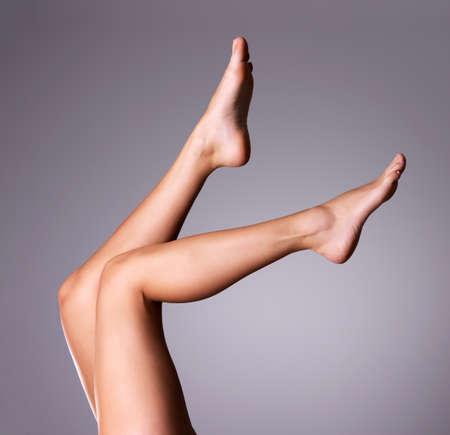 piedi nudi di bambine: Belle gambe snelle femminile. Archivio Fotografico