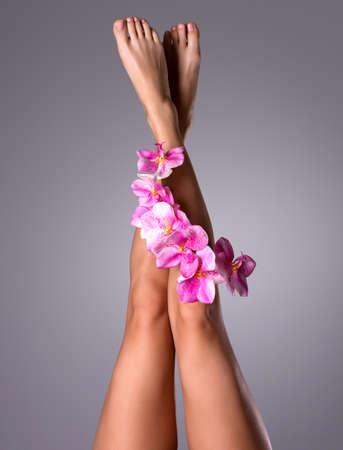 piedi nudi di bambine: Belle gambe lunghe femminile con fiore. Trattamenti bellezza concetto