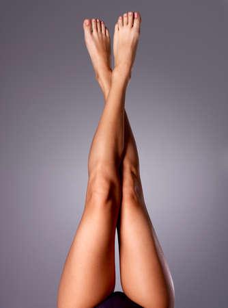 muslos: Hermosas piernas largas y esbeltas mujeres después de la dilapidación. Foto de archivo