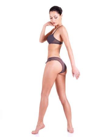 maillot de bain fille: Belle jeune femme en bikini gris avec de longues jambes debout isol� sur blanc. Portrait en pied