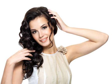 人間の髪の毛: 美容長い巻き毛 - 白で隔離される幸せな若い女 写真素材