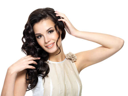 cabello rizado: Mujer joven feliz con el pelo largo rizado belleza - aislados en blanco Foto de archivo