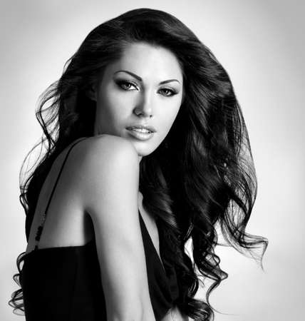 cabello negro: Mujer con la belleza morena pelo largo. Imagen negro o blanco