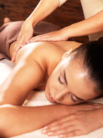 massaggio: Massaggiatore facendo massaggio sul corpo della donna nel salone spa. Concetto di trattamento di bellezza.