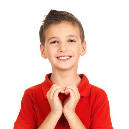 bondad: Retrato de ni�o feliz con una forma de coraz�n aislado en el fondo blanco