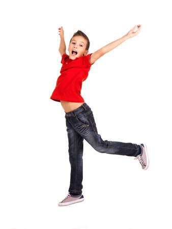 boy jumping: Retrato de muchacho riendo feliz saltando con las manos levantadas hacia arriba - aislados en fondo blanco