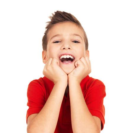 enfants qui rient: Portrait de gar�on heureux rire en regardant la cam�ra isol�e sur fond blanc