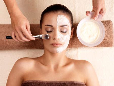 szépség: Spa terápia fiatal nő érkezik arcpakolás kozmetika - beltérben