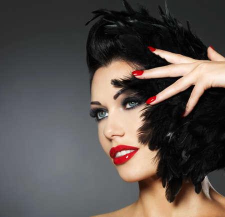 Mooie mode vrouw met rode nagels, creatieve kapsel en make-up - Model poseren in de studio