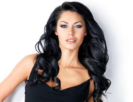 Femme avec de longs cheveux bruns beauté - posant au studio