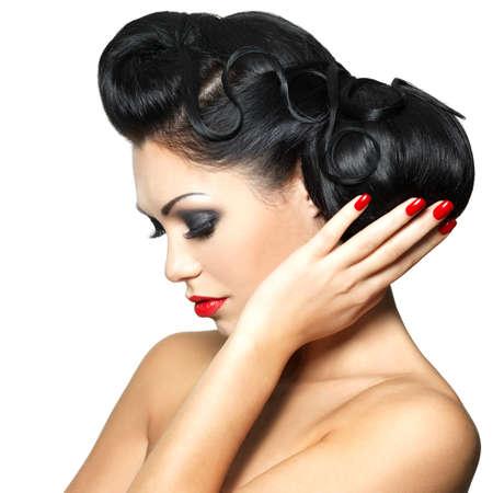 rote lippen: Sch�ne Mode Frau mit roten Lippen, N�gel und kreative Frisur - isoliert auf wei�em Hintergrund Lizenzfreie Bilder