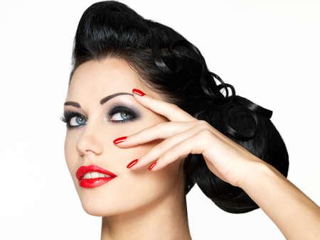 labios rojos: Chica de moda hermosa con los labios rojos y u�as - aislados en fondo blanco