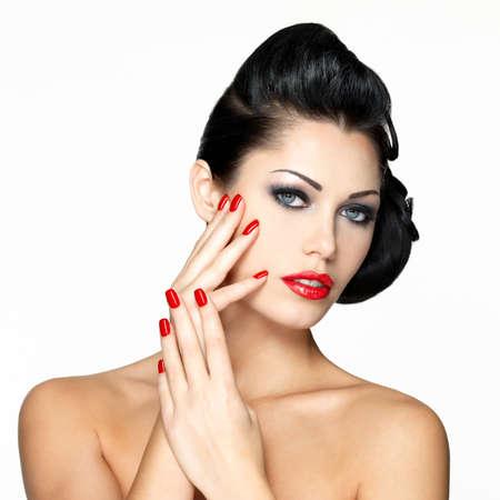 labios rojos: Joven y bella mujer con los clavos rojos y el maquillaje de moda - aislados en fondo blanco