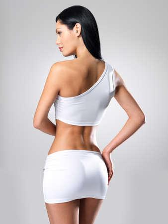 naked woman: Сексуальная женщина с красивым тонким корпусом - модель позирует в студии
