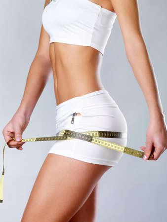 cintura perfecta: Hermoso cuerpo Feamle con cinta m�trica. Cocnept estilo de vida saludable. Foto de archivo
