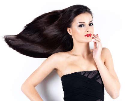 cabello negro: Joven y bella mujer con largos pelos rectos marrones mirando camea