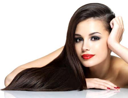 Mooie vrouw met lang bruin rechte haren - geïsoleerd op witte achtergrond