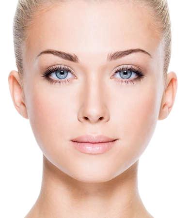 mooie vrouwen: Gezicht van mooie jonge vrouw met mooie blauwe ogen - Close-up op een witte achtergrond Stockfoto