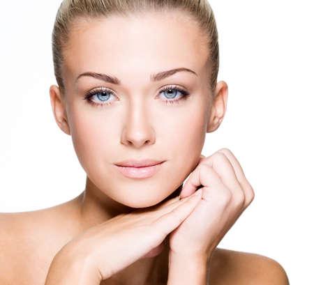piel humana: Cara hermosa de una mujer cauc�sica joven - aislado en blanco