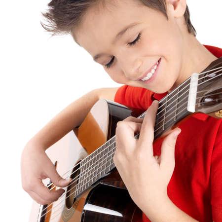 guitarra acustica: Sonriente muchacho cauc�sico juega en la guitarra ac�stica - aislados en fondo blanco Foto de archivo