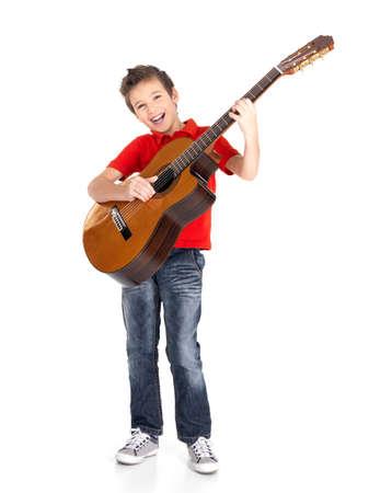 Muchacho blanco canta y toca la guitarra acústica - aislados en fondo blanco