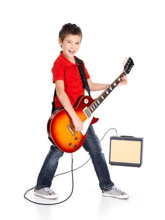 gitara: M?ody, bia?y, ch?opak ?piewa i gra na gitarze elektrycznej z jasnych emocji, isolatade na bia?ym tle
