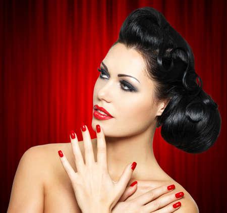 labios rojos: Moda mujer hermosa con los labios rojos, las u�as y el peinado creativo - aislados en fondo blanco