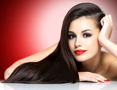 brown eyes: Mujer hermosa con largos pelos rectos marrón - aislados en fondo blanco