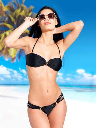 body slim: Femme avec corps mince belle en bikini � la plage Banque d'images