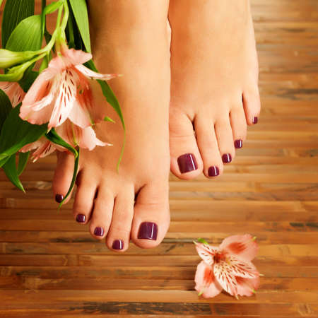 pedicura: Primer foto de un pies femeninos en el sal�n de spa pedicure procedimiento - imagen Enfoque suave Foto de archivo