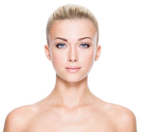 mujer rubia desnuda: Frente retrato de la mujer hermosa joven con bellos ojos azules y la cara - sobre fondo blanco