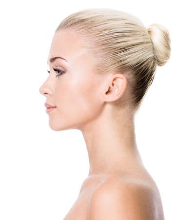 side pose: Perfil retrato de una mujer rubia joven - aislado