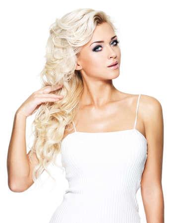 modelle nude: Bella donna con lunghi capelli biondi ricci. Ritratto del modello di modo con trucco luminoso. Isolato su sfondo bianco