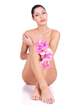 femme nue: Belle jeune femme nue avec un corps parfait se trouve sur le fond blanc