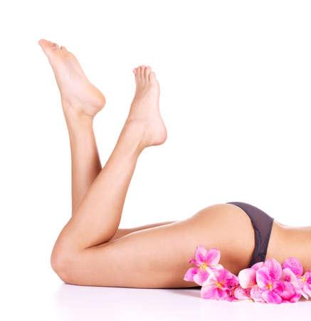 benen: Schoonheid vrouwelijke slanke benen na het ontharen op wit wordt geïsoleerd