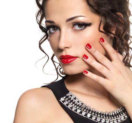 pesta�as postizas: Modelo de manera hermosa con la manicura roja y labios - aislados en fondo blanco