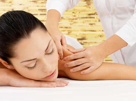 masajes relajacion: Mujer en el spa masaje de cuerpo en el sal�n de belleza.