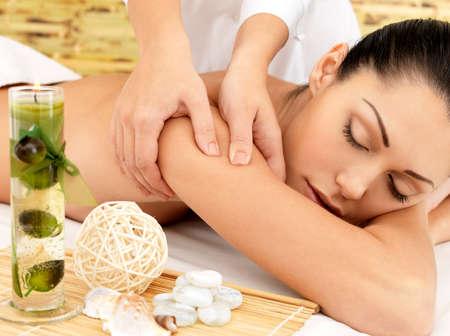 massaggio: Donna sul massaggio termale del corpo nel salone di bellezza.