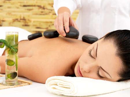 massage: Femme ayant chaude massage au spa de pierre de dos dans le salon de beaut�