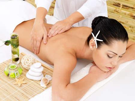 masaje: Mujer que tiene masaje de la terapia de vuelta en el sal�n de spa. Belleza concepto de tratamiento.