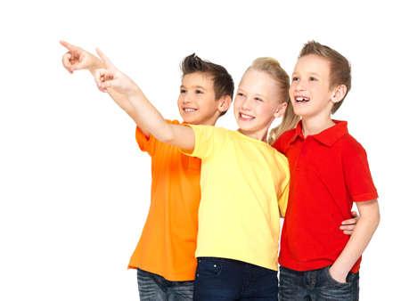 ragazza che indica: Ritratto del punto di bambini felici con il dito su qualcosa di lontano - isolati su bianco Archivio Fotografico