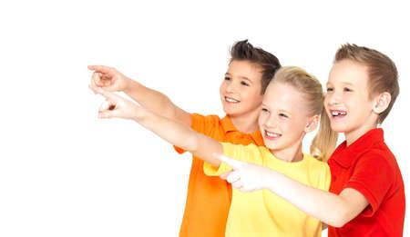 kinderen: Portret van de gelukkige kinderen punt door vinger op iets weg - geïsoleerd op wit