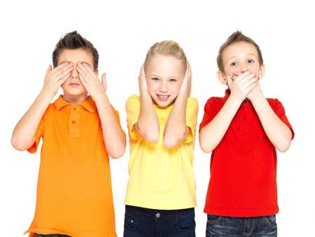 """ontbering: Grappige gezichten van gelukkige kinderen doen """"Zie Niets, hoor niets, Say Nothing ..."""" geïsoleerd op witte achtergrond Stockfoto"""
