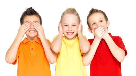 """Facce buffe di bambini felici che fanno """"non vedo, non sento niente, non dire nulla ..."""" isolato su sfondo bianco"""
