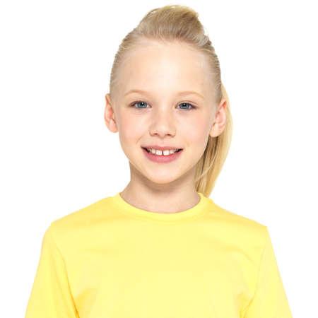 colegiala: Foto de una chica joven feliz sonriendo mirando a c�mara aislada sobre fondo blanco