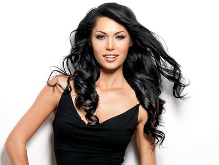 cabello negro: Retrato de la mujer sonriente con la belleza de largo cabello castaño - posando en el estudio