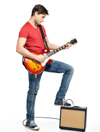 m�sico: El guitarrista hombre juega en la guitarra el�ctrica con emociones brillantes, isolatade sobre fondo blanco Foto de archivo