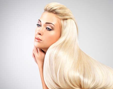 capelli biondi: Bella donna con lunghi capelli biondi dritti. Modella in posa nello studio. Archivio Fotografico